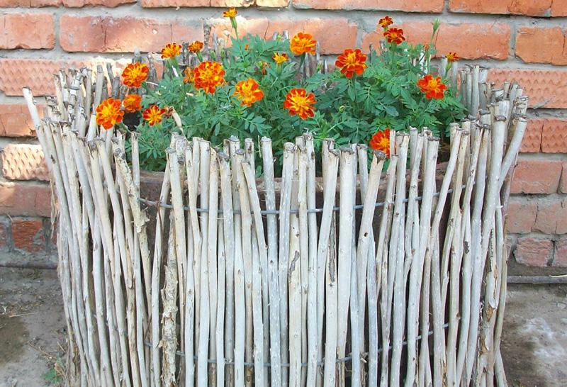 Из чего сделать забор для цветов