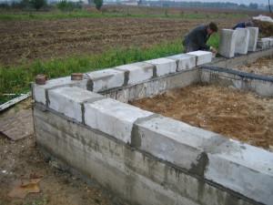 На фото - строим сарай из блоков, 800 × 600
