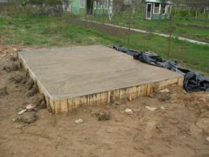 На фото - лёгкий деревянный фундамент под сарай, liveforplay.ru