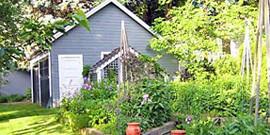 Ландшафтный дизайн деревенского дома и участка – минимум пластика, максимум дерева!