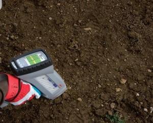 На фото - определение кислотности почвы, recn.ru