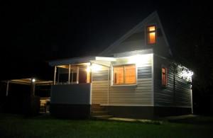 На фото - освещение фасада частного дома, vosledoma.com