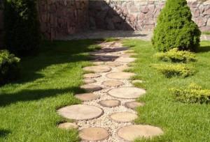 Деревянные садовые дорожки – плюсы и минусы