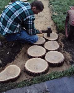 Садовая дорожка из деревянных спилов – особенности укладки