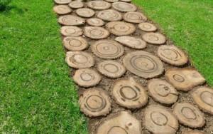 Садовая дорожка из деревянных спилов – особенности укладки фото