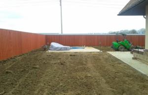 На фото - подготовка почвы для рулонного газона, geokomfort.com