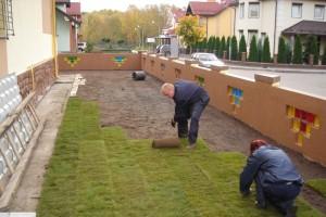 Фото раскатки рулонного газона, cladonia.ru