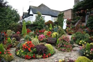 На фото - украшение садового участка цветами, landshaft-spb.ru