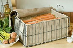На фото - морковь на лоджии в ящике с влажным песком, syperdacha.ru
