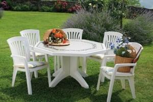 На фото - пластиковая садовая мебель, gadgetplace.ru