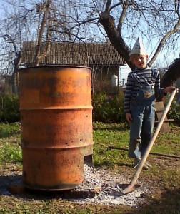 На фото - сжигание мусора на садовом участке, sadovos.ru