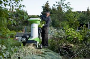 На фото - электрический садовый измельчитель с блокировкой, landscape-project.ru
