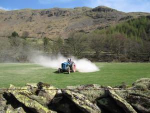 На фото - известкование подзолистых почв, geograph.org.uk