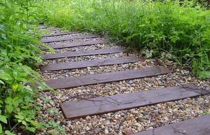Как сделать садовую дорожку на даче удобной для использования? фото