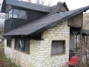На фото - крыша дачи из рубероида, doma-donetsk.com