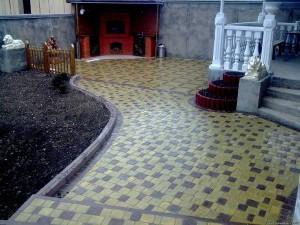 На фото - тротуарная плитка для сада, krasiviydvor.at.ua/