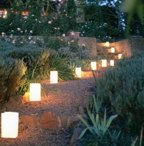 На фото - фонарики вдоль садовых дорожек, artdeco2011.ru