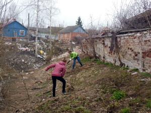 На фото - уборка прошлогодней травы на садовом участке, vyatskoe76.narod.ru