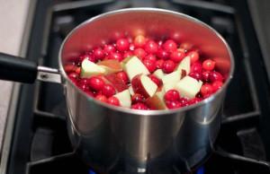 Фото приготовления компота из брусники с яблоками, strana-sovetov.com