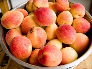 Как консервировать компот из долек персиков?