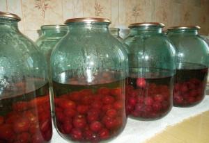 На фото - стерилизация компота из вишни на зиму, kulinaroman.ru