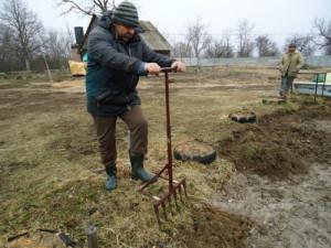 На фото - чудо-лопата для посадки картофеля, secretdachi.ru