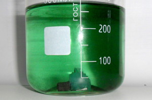 На фото - раствор железного купороса для опрыскивания крыжовника, chemistry-chemists.com