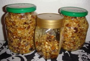 На фото - перекрученные сухофрукты с орехами и медом, prohoney.ru