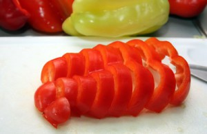 На фото - нарезка перца для лечо, gordrich.com