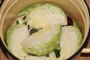 На фото - приготовление капусты со свеклой по-грузински, luckykitchen.blogspot.com