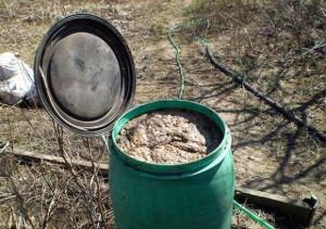 На фото - приготовление жидкой подкормки для овощей из помета птиц, liveinternet.ru