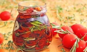 На фото - готовые помидоры черри в банке, ua.seasalt.com.ua
