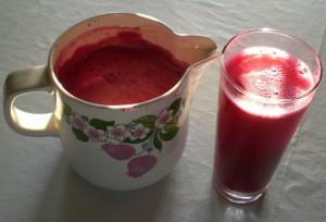 На фото - приготовленный свекольный сок, helgas-garten.de