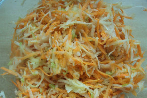 На фото - салат из топинамбура с луком и морковью, mirsalata.ru