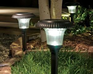 На фото - газонные светильники на солнечных батареях, superda4nik.ru