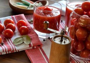 На фото - заготовка помидор в собственном соку, receptiki.pro