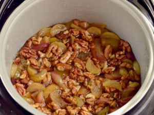 На фото - приготовление варенья из яблок и орехов, nekushal.ru