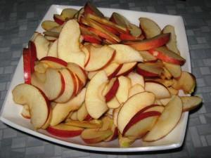 На фото - яблочные дольки для приготовления варенья, vkusnjaschka.com