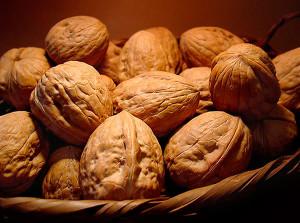 На фото - ядра грецких орехов в скорлупе, ledilid.com