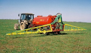 На фото - внекорневая подкормка зерновых культур, miragro.com
