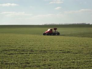 На фото - проведение внекорневой подкормки зерновых, вольск.рф