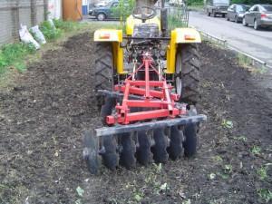 На фото - трактор с навесным дисковым приспособлением, fermerteh.ru