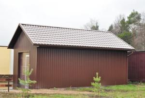 На фото - отдельно расположенный гараж на земельном учатске, dachasvoimirukami.ru