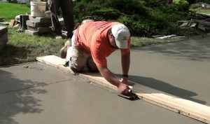 На фото - устройство подъездной дорожки из бетона к гаражу на даче, stroisovety.org
