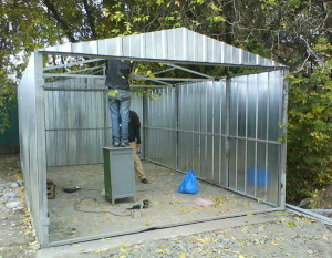 На фото - каркасный металлический гараж, vashgarazh.com