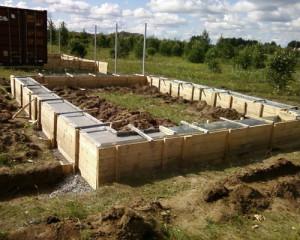 На фото - ленточный фундамент для металлического гаража, svoimi-rykami.ru