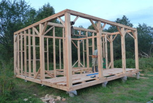 На фото - строительство деревянного каркаса сарая из бруса, land.umonkey.net