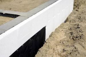 На фото - теплоизоляция ленточного фундамента бани, fundament-expert.ru