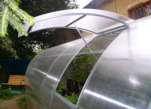 На фото - всесезонная умная теплица с вентиляцией, teplicnik.ru