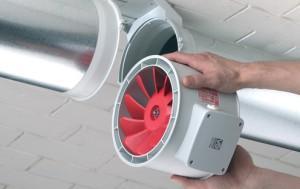 На фото - установка электрического вентилятора в вытяжную трубу погреба, stroimsvoidom.com